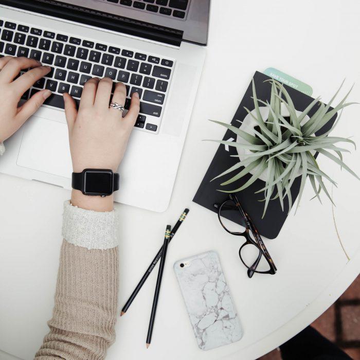 komputer laptop roślina pisanie artykuły treści tekst content marketingu writing