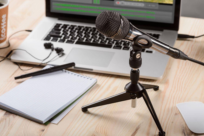 Mikrofon w tle komputer i notatnik