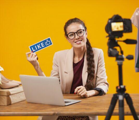 kobieta przy biurku z laptopem na żółtym tle